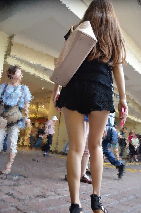 見るなと言いながら男の視線を楽しむ素人娘達の街撮りエロ画像 343