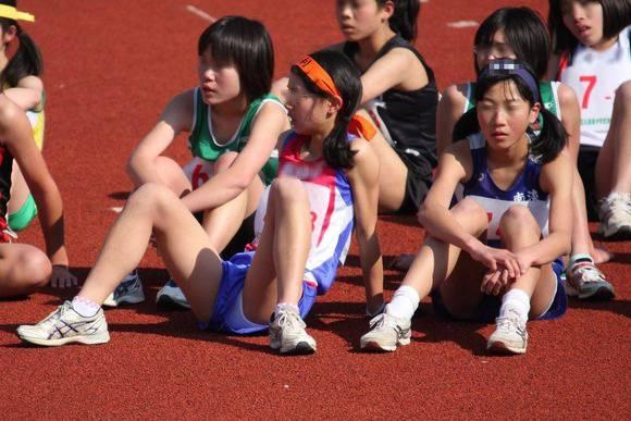 陸上部の女子がユニホームを着て汗を描いてる素人エロ画像 348
