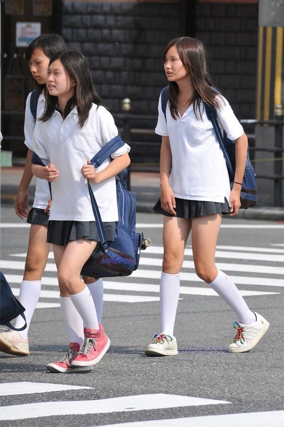 肉がパンパンに詰まった女子校生の太もも街撮り素人エロ画像 3521
