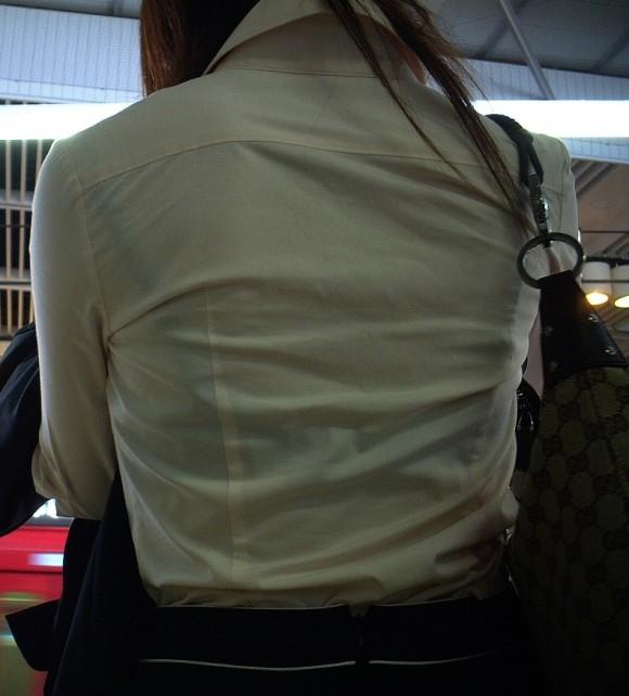 気温が上がって薄着してるお姉さんの透けブラ素人エロ画像 357