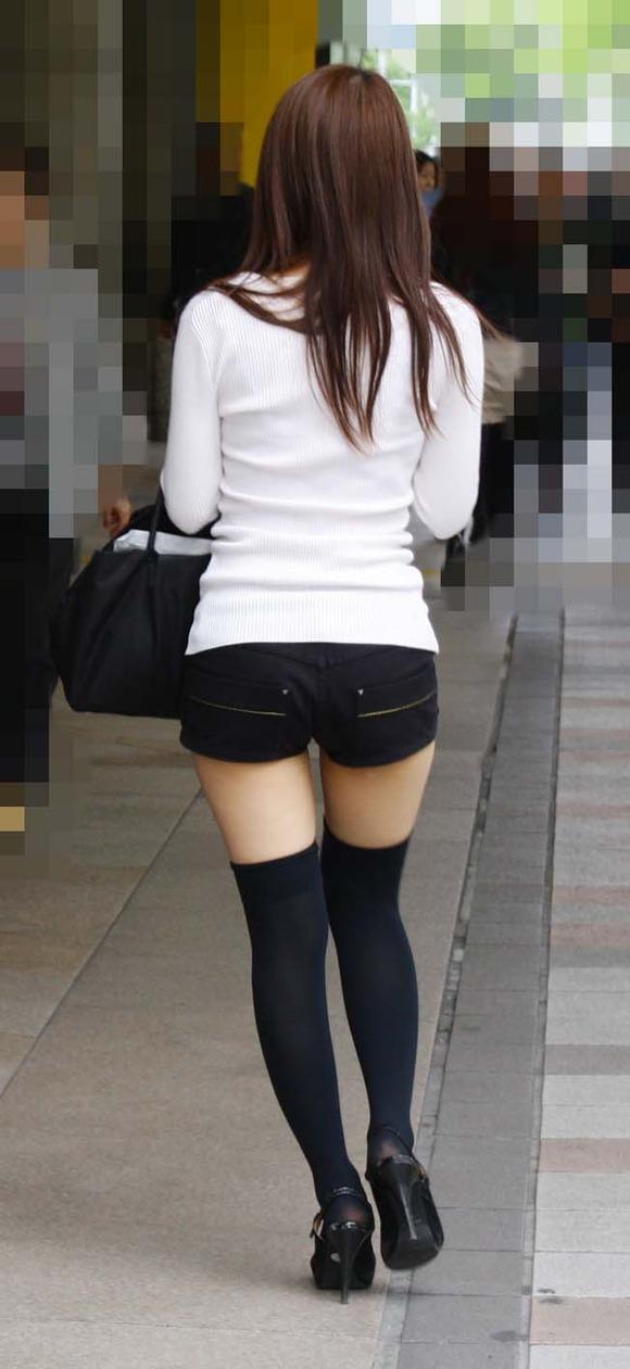 見るなと言いながら男の視線を楽しむ素人娘達の街撮りエロ画像 362