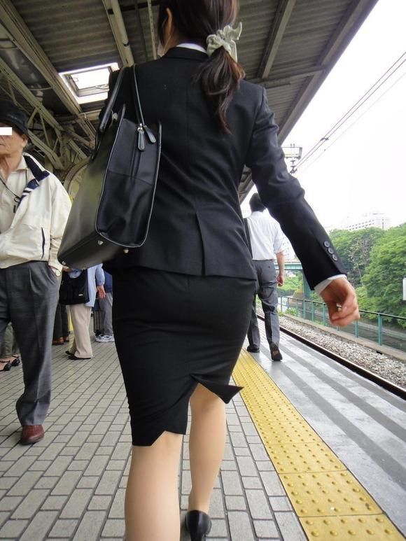 就活を頑張るスーツ姿の女子大生の街撮り素人エロ画像 3710