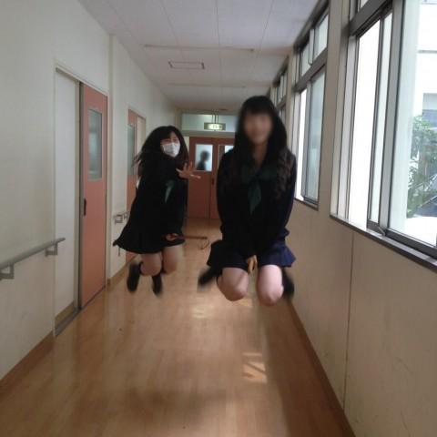 SNSにネット投稿してる素人娘のおふざけが割りと抜けるエロ画像 3822