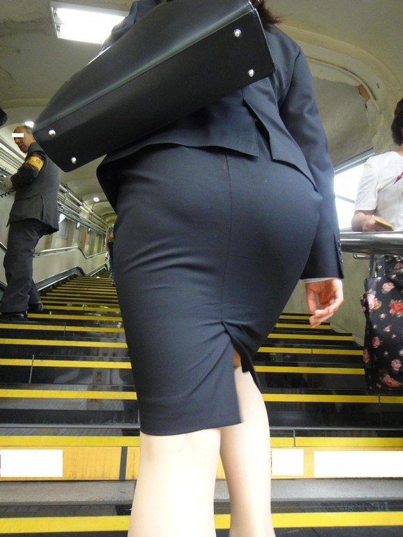 就活を頑張るスーツ姿の女子大生の街撮り素人エロ画像 389