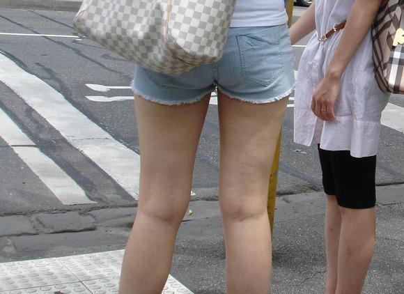 見るなと言いながら男の視線を楽しむ素人娘達の街撮りエロ画像 391