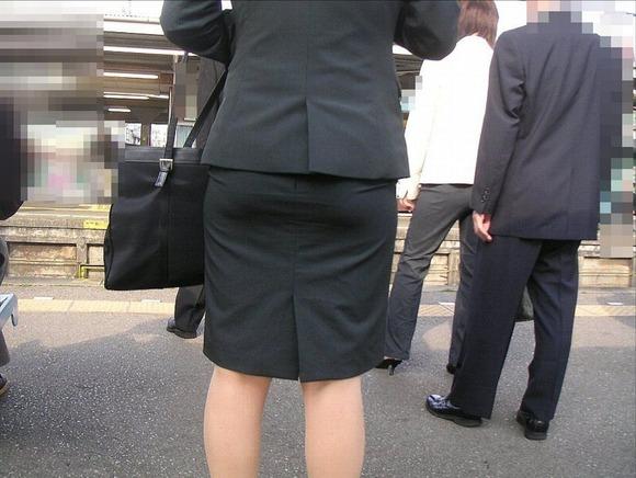 就活を頑張るスーツ姿の女子大生の街撮り素人エロ画像 399