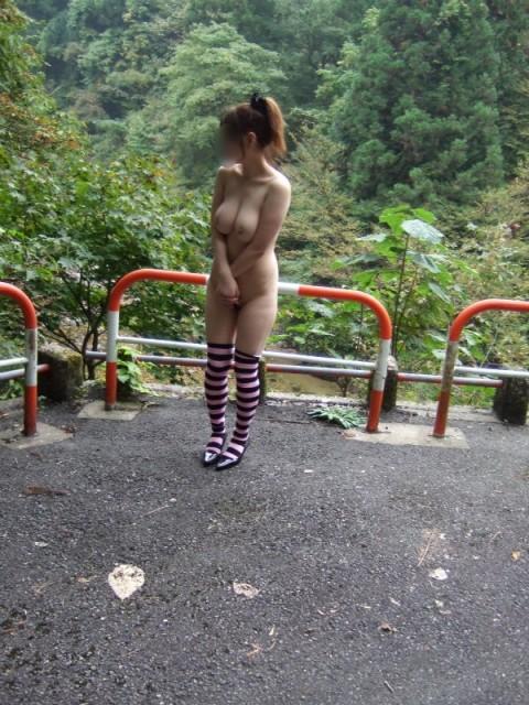 取り敢えず出しとけってノリな野外露出を趣味とする女のエロ画像 466