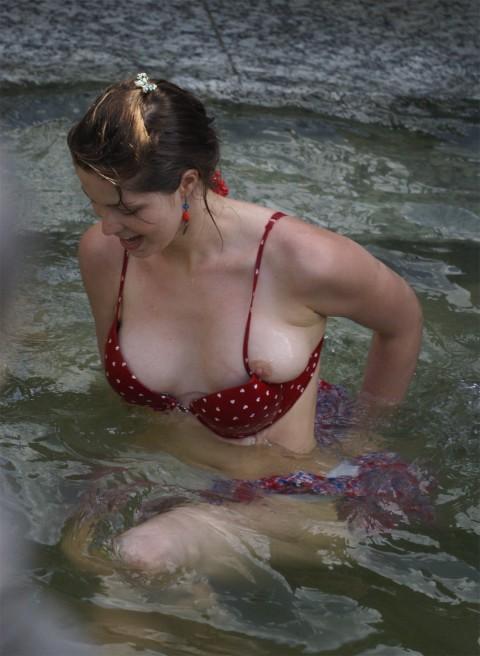 外人娘のパンチラとか胸チラを激写した街撮りエロ画像 469