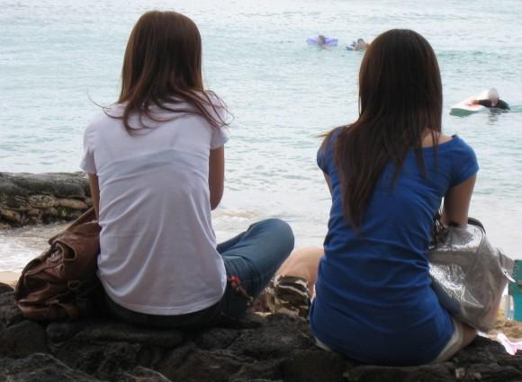 気温が上がって薄着してるお姉さんの透けブラ素人エロ画像 49