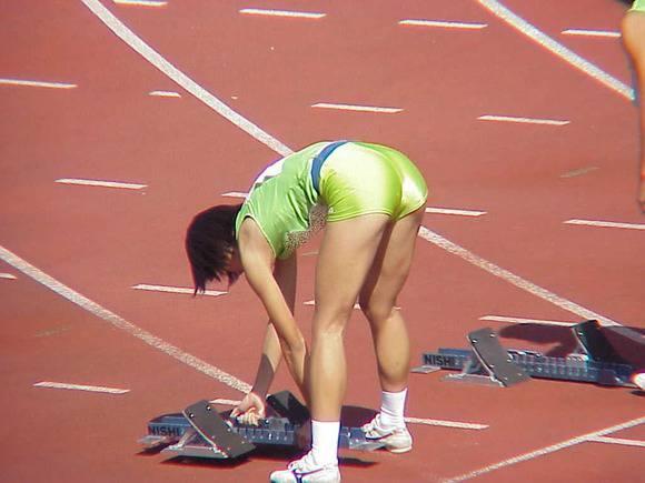 陸上部の女子がユニホームを着て汗を描いてる素人エロ画像 511