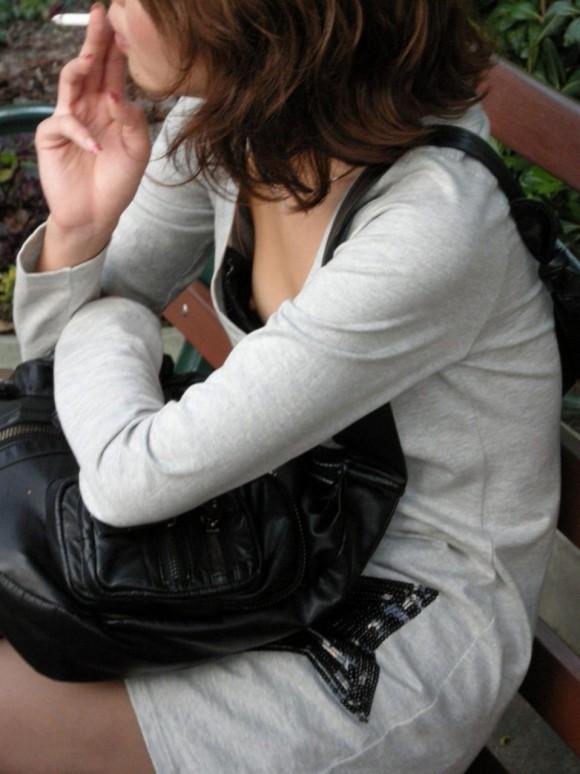 素人のお姉さまが生唾モノのブラチラしてる胸チラエロ画像 525