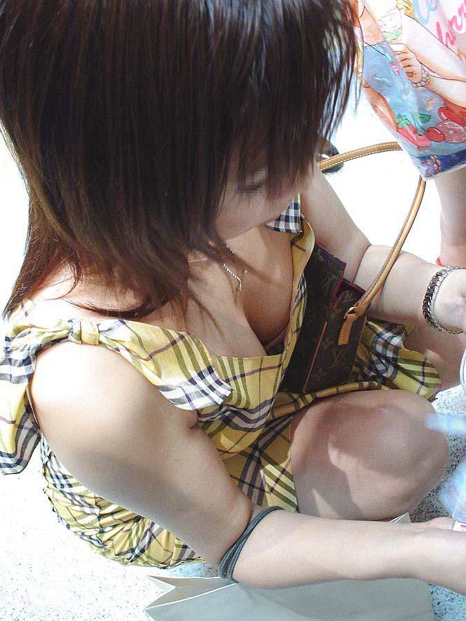 谷間がエロいおっぱいを強調してる素人の胸チラエロ画像 543