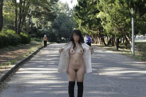 取り敢えず出しとけってノリな野外露出を趣味とする女のエロ画像 555