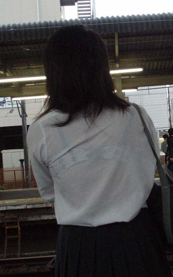 女子校生のワイシャツから透けるブラジャーの素人エロ画像 56