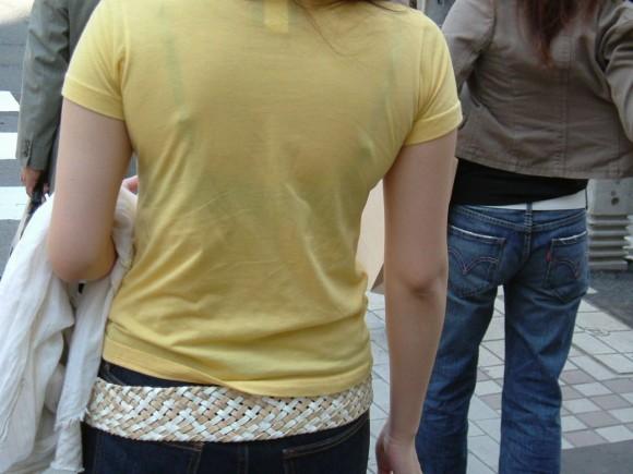 気温が上がって薄着してるお姉さんの透けブラ素人エロ画像 59