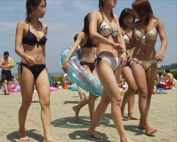 夏の砂浜でビキニを着るとみんなギャルに見えるエロ画像 646