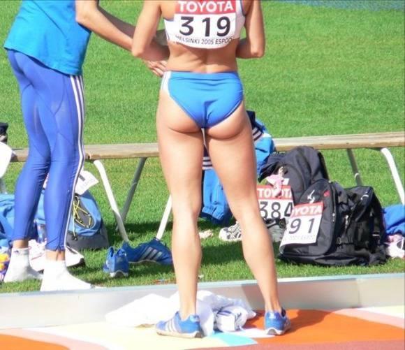 陸上部の女子がユニホームを着て汗を描いてる素人エロ画像 811