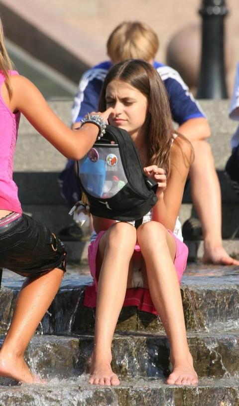 外人娘のパンチラとか胸チラを激写した街撮りエロ画像 859