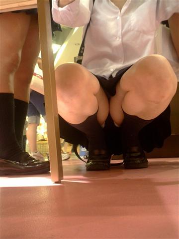 女子校生のミニスカからのぞくお尻や太ももやパンチラのエロ画像 9