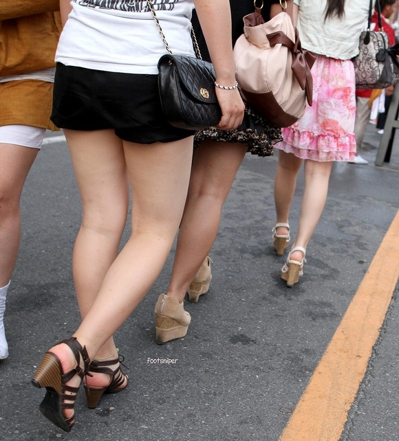 見るなと言いながら男の視線を楽しむ素人娘達の街撮りエロ画像 94