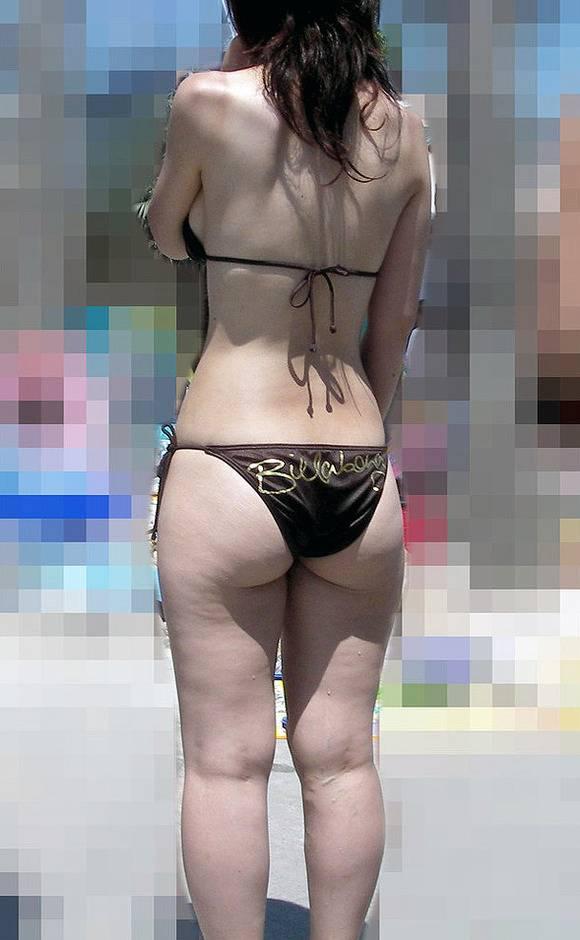肌に弾ける水滴が卑猥なビキニ姿の素人お姉さんのエロ画像 98