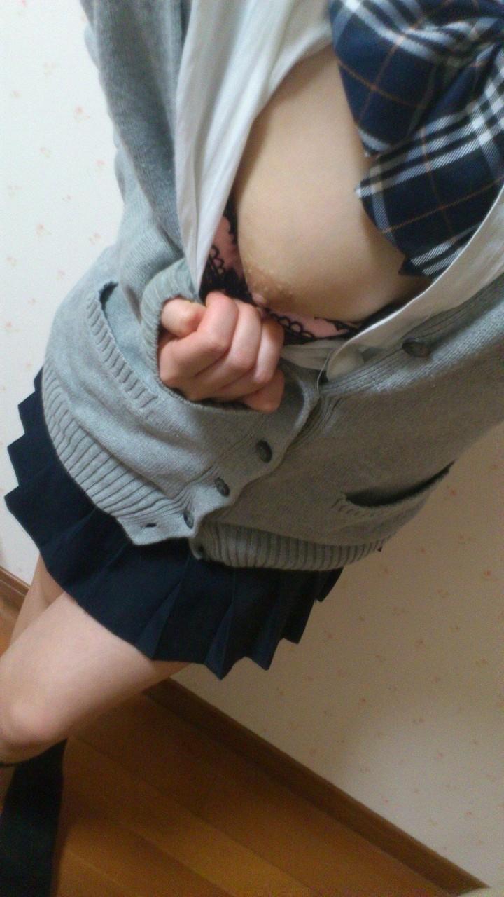 女子校生の制服コスプレしておっぱいやおまんこまで自画撮りしてるエロ画像 016