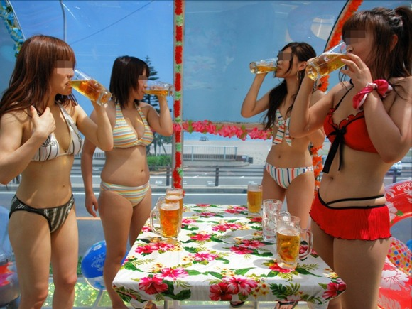 海でビキニになってで調子こいてる素人娘達のエロ画像 1011