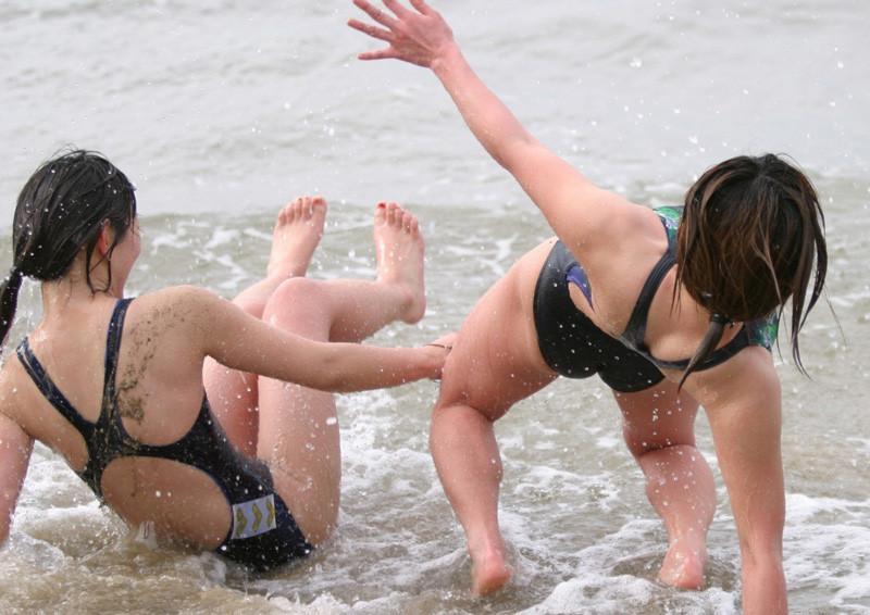 体を締め付ける競泳水着がより一層エロさを際立たせているエロ画像 1129