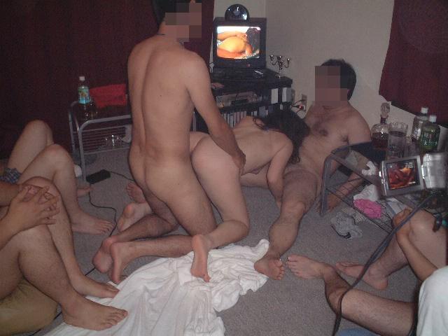 素人の男女が入り乱れて性欲開放して乱交してるエロ画像 1176