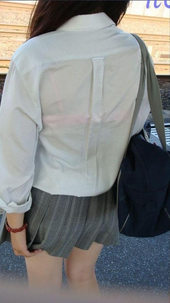 制服姿の女子校生が透けブラしてるエロ画像 118