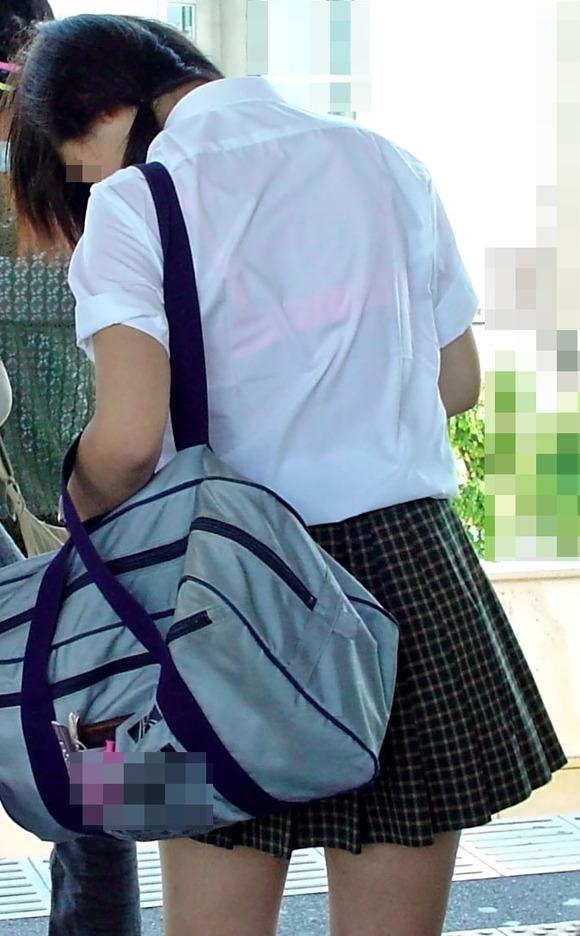 制服姿の女子校生が透けブラしてるエロ画像 119