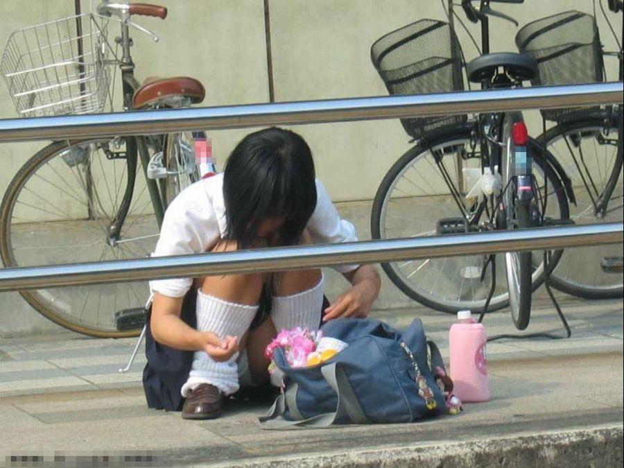街角で撮影された素人娘の汗が染み込んだパンチラ画像 1327
