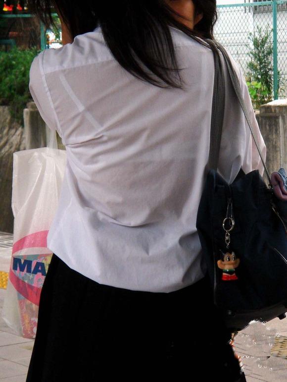 制服姿の女子校生が透けブラしてるエロ画像 135