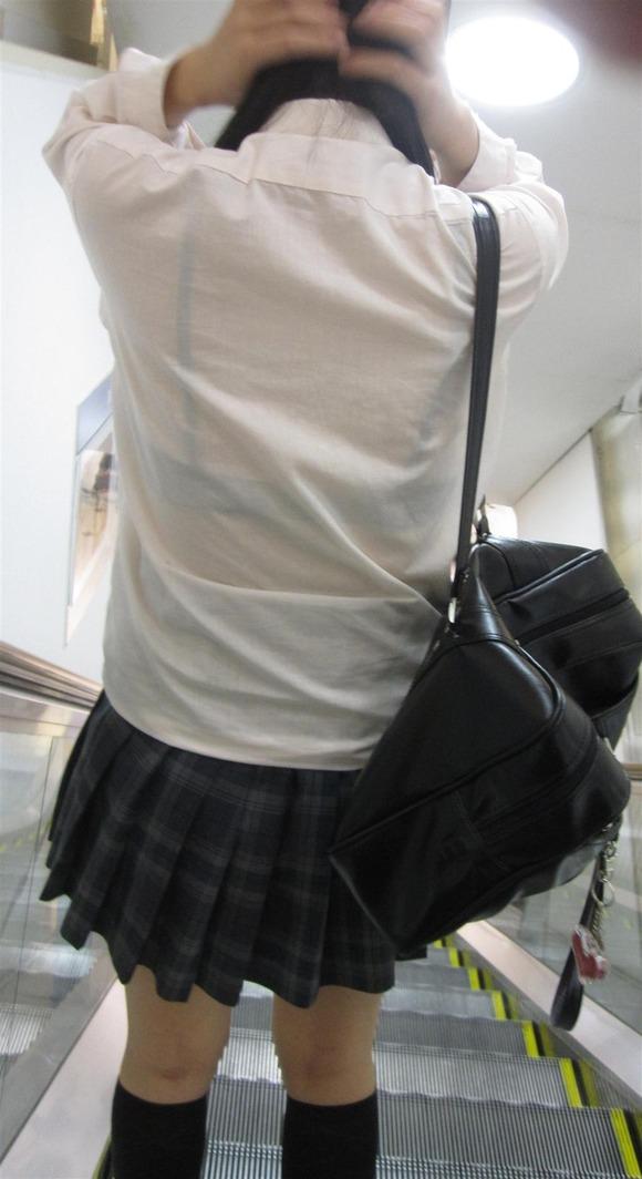 制服姿の女子校生が透けブラしてるエロ画像 155