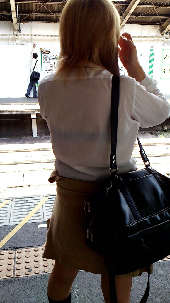 制服姿の女子校生が透けブラしてるエロ画像 175