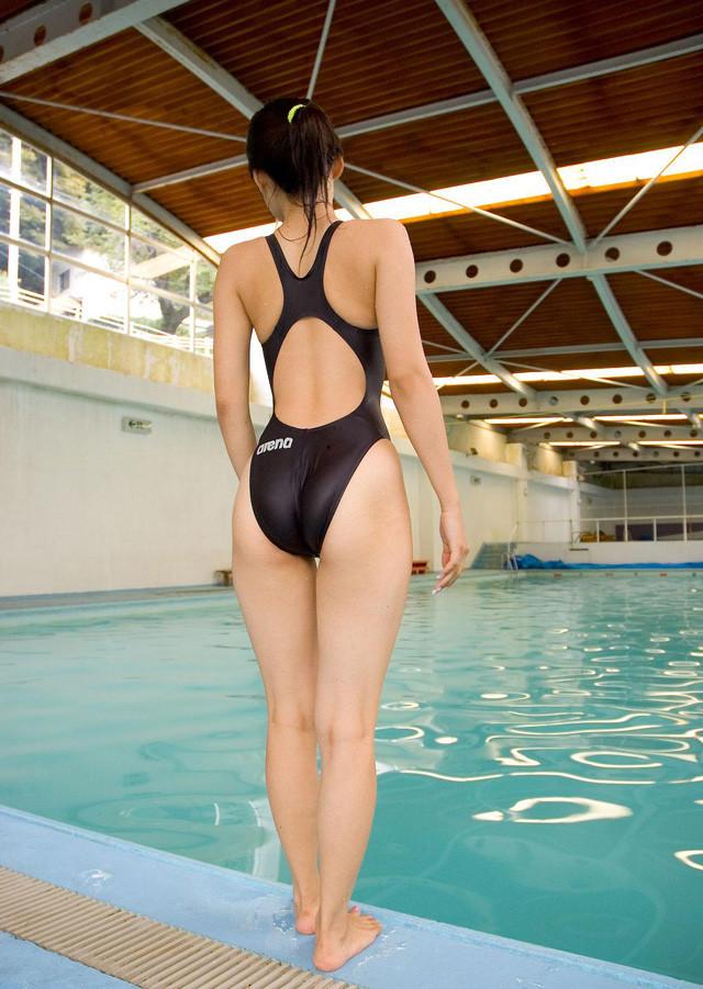 体を締め付ける競泳水着がより一層エロさを際立たせているエロ画像 1826