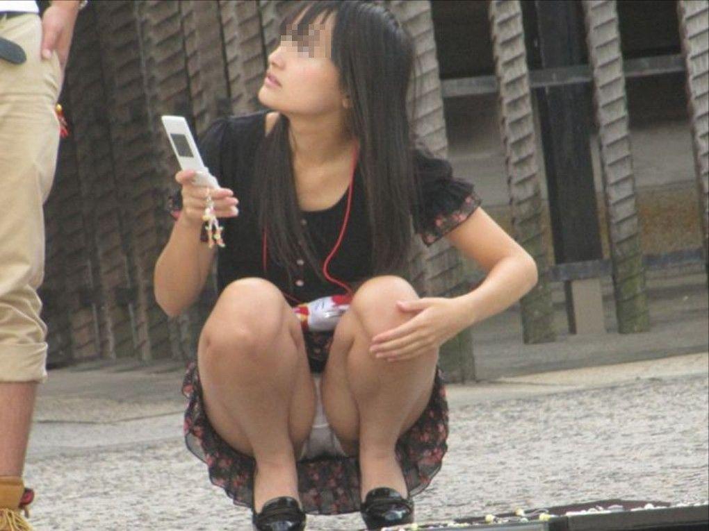 街角で撮影された素人娘の汗が染み込んだパンチラ画像 1927