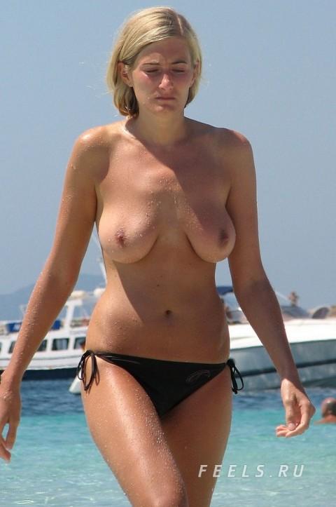 イケイケな素人の外人美女がヌーディストビーチでおっぱい露出してるエロ画像 199