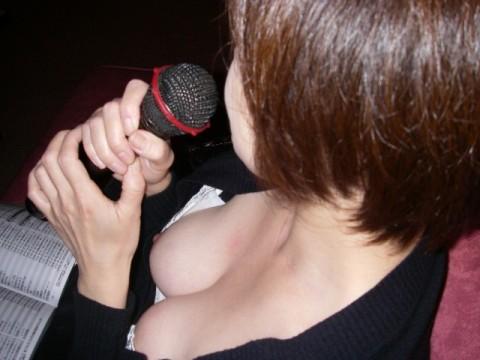 カラオケでテンション上げつつおっぱい見せてる素人娘のエロ画像 2