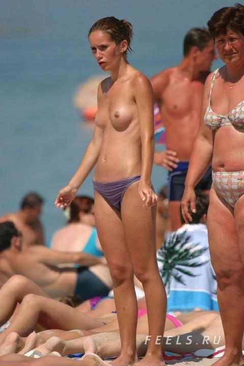 イケイケな素人の外人美女がヌーディストビーチでおっぱい露出してるエロ画像 220