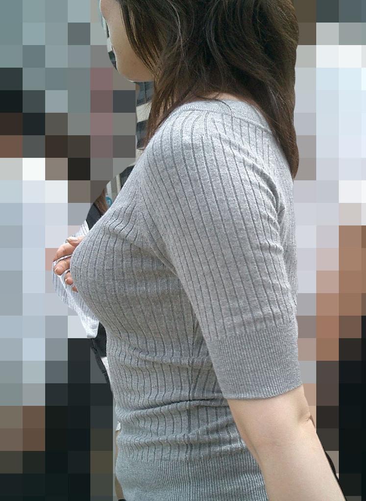 素人娘のおっぱいが着衣の上からでもはっきり分かる巨乳のエロ画像 2437
