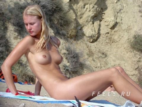 イケイケな素人の外人美女がヌーディストビーチでおっぱい露出してるエロ画像 252