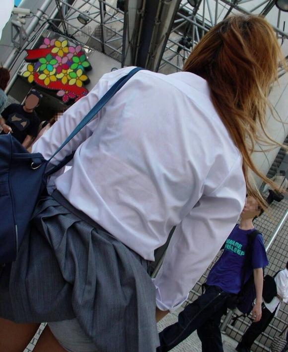 制服姿の女子校生が透けブラしてるエロ画像 263