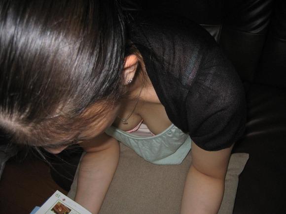 パンチラより凝視するのに抵抗があるお姉さんの胸チラエロ画像 2635
