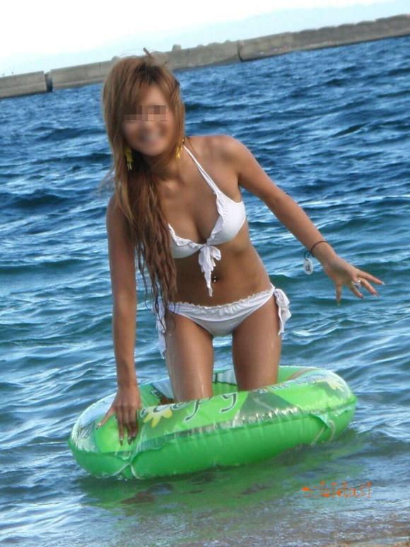 海でビキニになってで調子こいてる素人娘達のエロ画像 272