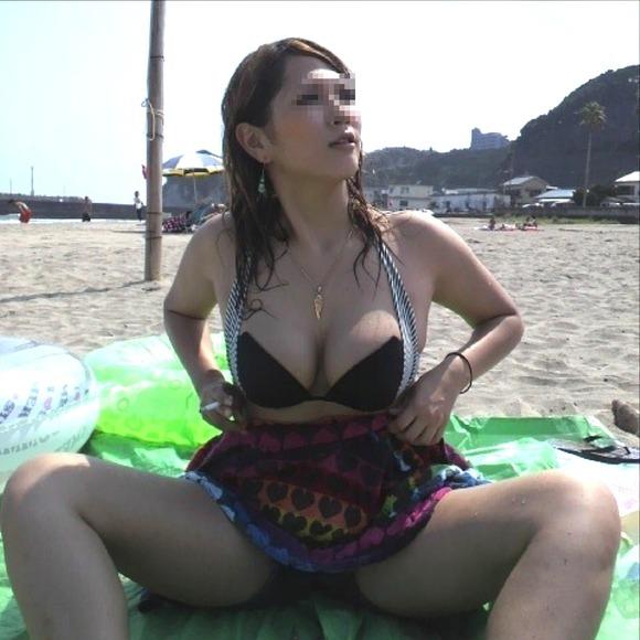 海でビキニになってで調子こいてる素人娘達のエロ画像 301