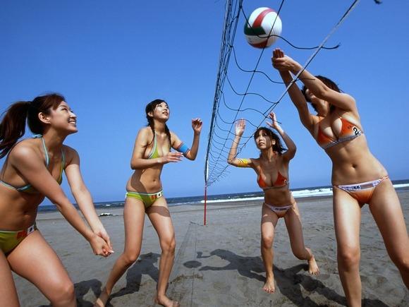 すぐに股間が疼きだすビーチではしゃぐビキニを着た水着ギャルのエロ画像 3037