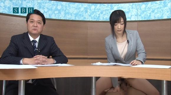 生本番中にニュースを読む女子アナがセックスしちゃってるキャプエロ画像 3515