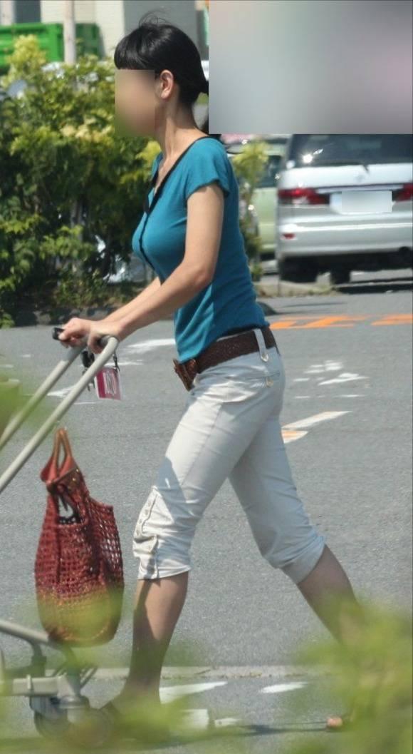 待で見かけた巨乳素人娘の着衣おっぱいとか胸チラのエロ画像 3516