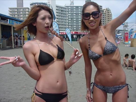 海でビキニになってで調子こいてる素人娘達のエロ画像 361